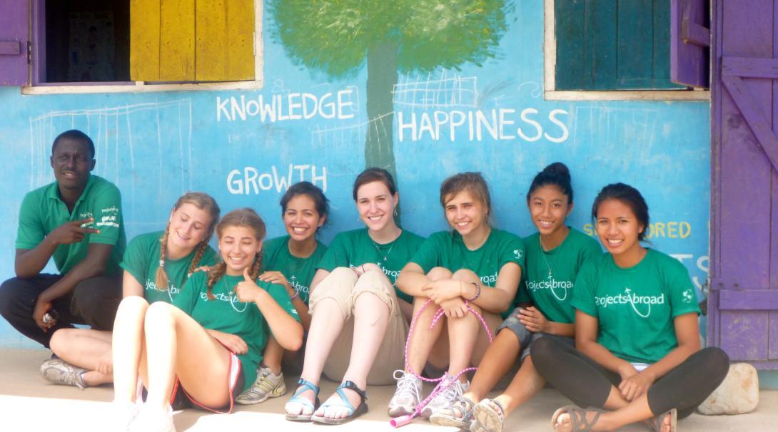 Foto grupal de voluntarios en el descanso de su voluntariado con niños en Ghana.
